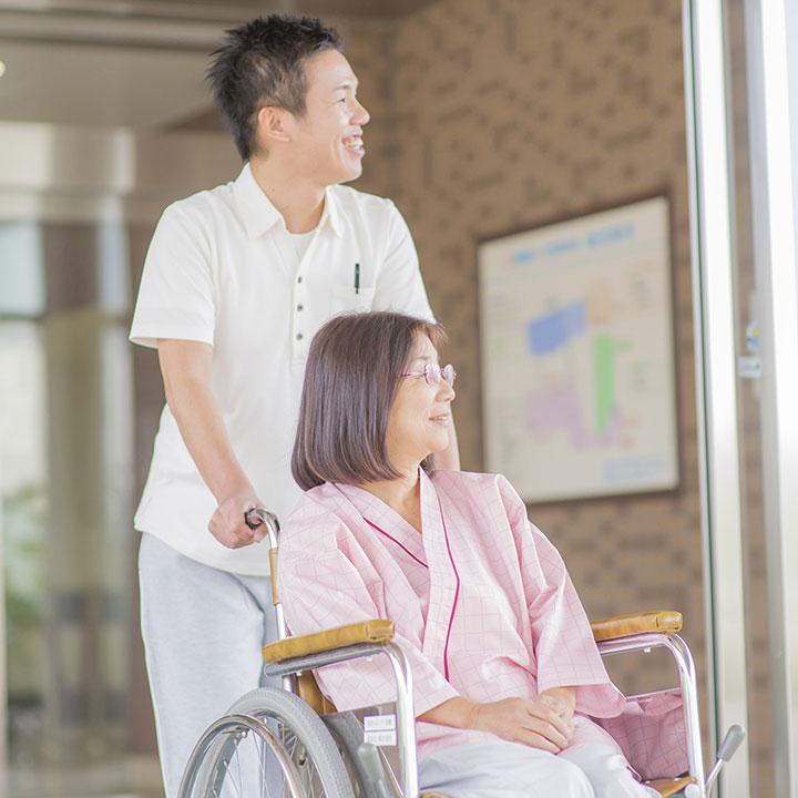 多角的なサポートをする介護福祉士